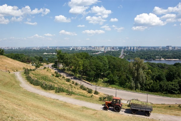 Городской пейзаж. Вид на парк, Днепр и левобережный Киев.