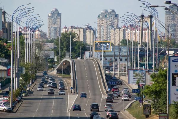 Вид с мостика на пересечение Набережно-Крещатецкой и Набережно-Рыбальской улиц