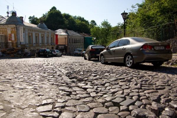 Весь спуск выложен брусчаткой, как и почти весь центр Киева