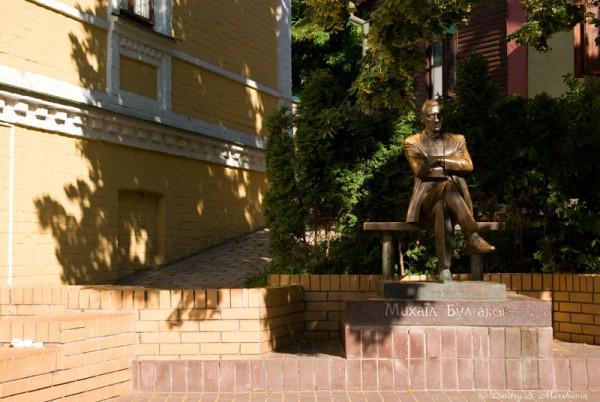 А вот и памятник Булгакову... любят с ним фотографироваться