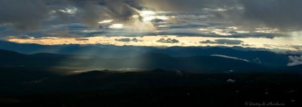 Вид в сторону долины реки Омчак. Туман рассеивается и проглядывает солнце! Панорама.
